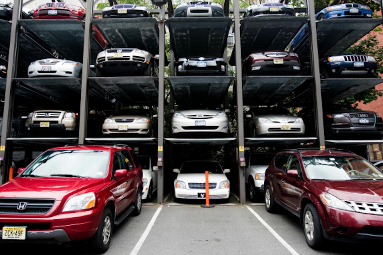 Is hier nog een parkeerplek vrij? Een New Yorkse oplossing. (Foto: ANP)