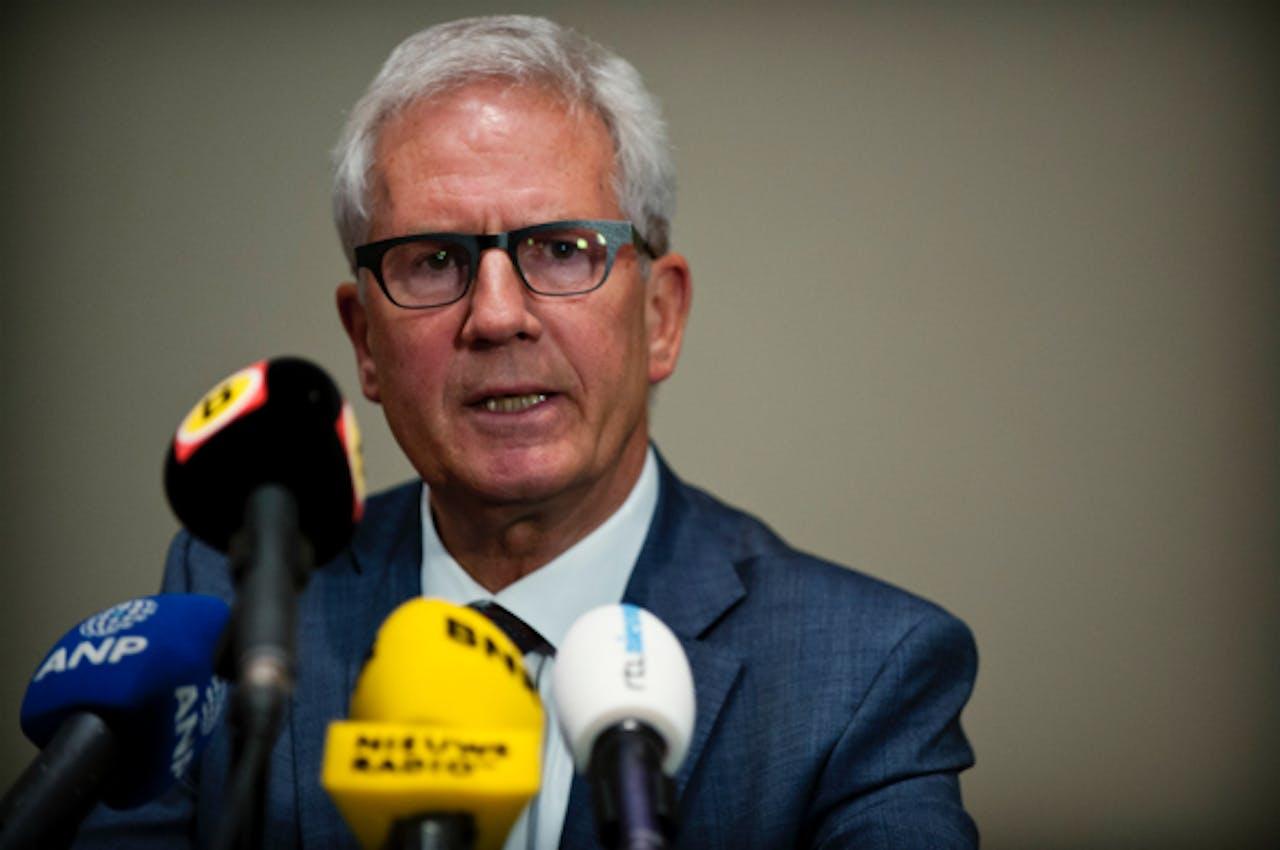 Foto: ANP - Burgemeester Jac Klijs van Moerdijk tijdens een persconferentie over de brand
