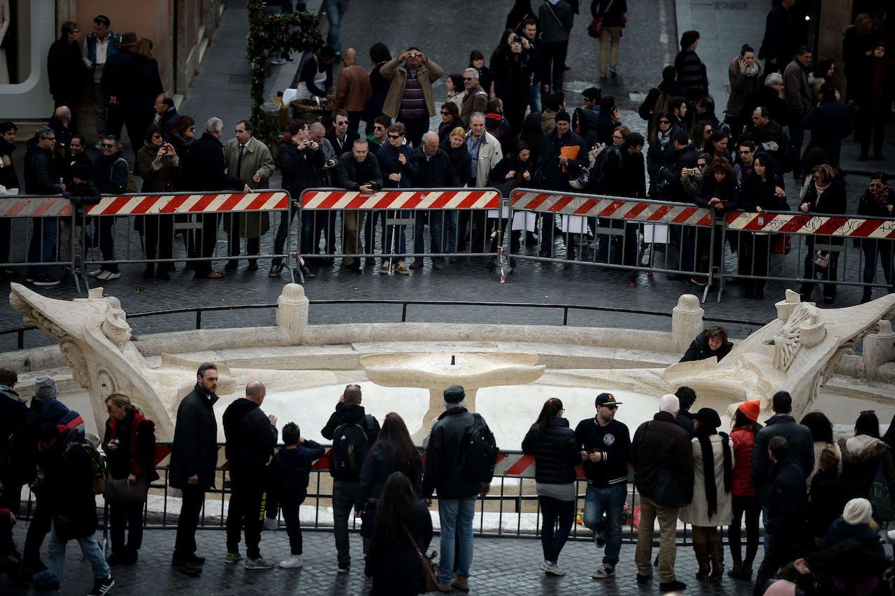 Vernielde Barcaccia-fontein in Rome na supportersrellen. Foto: ANP