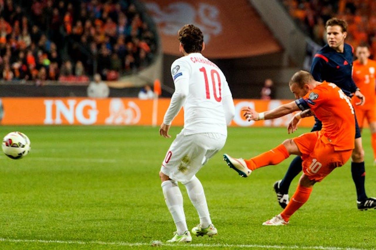 Wesley Sneijder haalt uit voor de toch nog enigszins bevrijdende gelijkmaker.