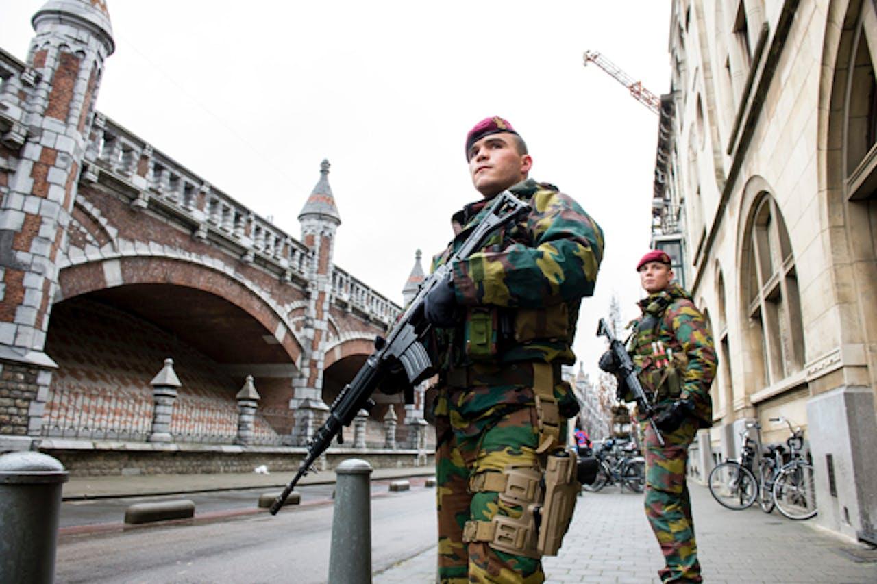 Militairen bewaken de synagoge aan de Oostenstraat in de Joodse buurt in Antwerpen. Foto: ANP