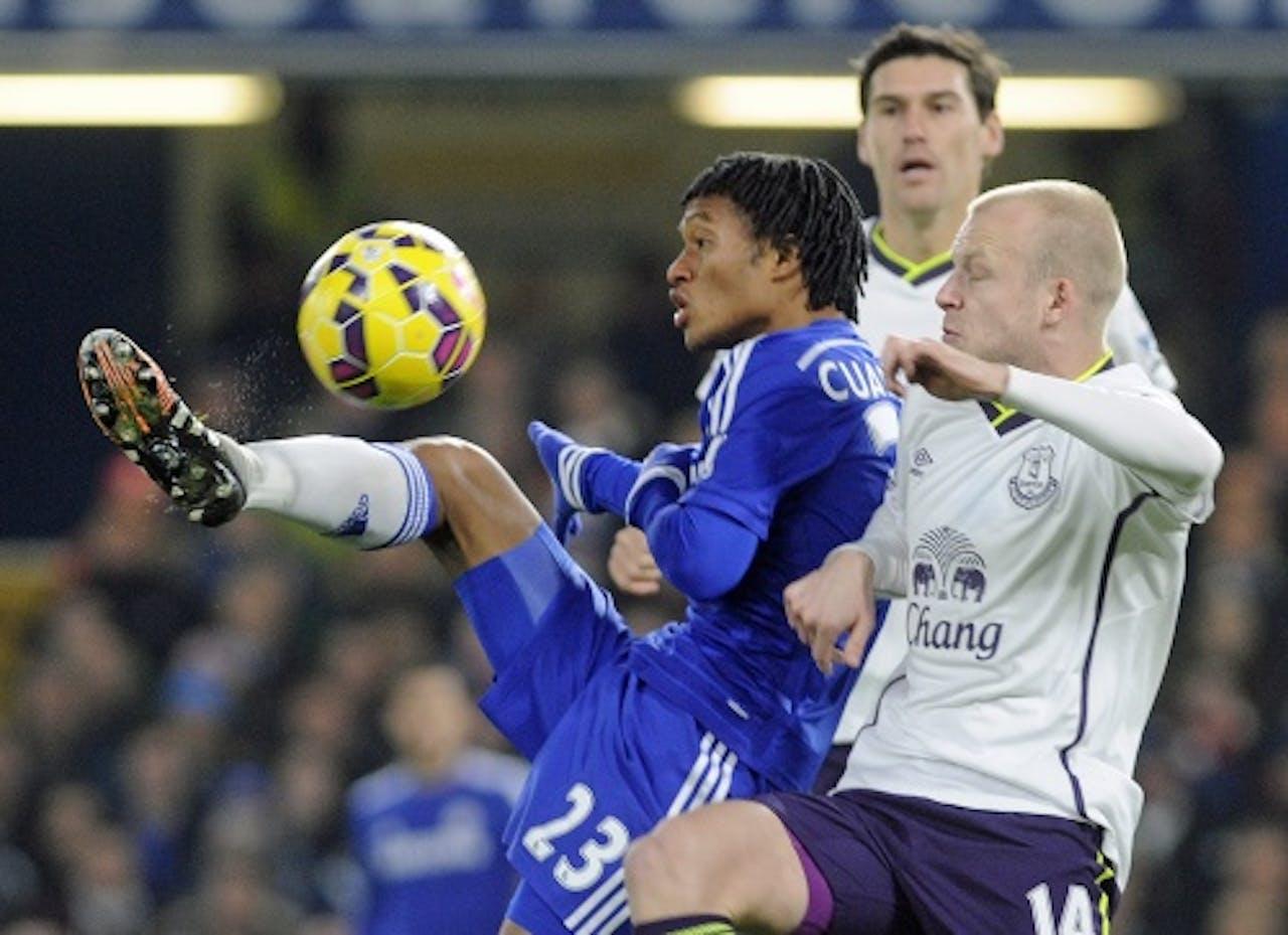 Juan Cuadrado (L) van Chelsea in duel met Steven Naismith (R) van Everton. EPA