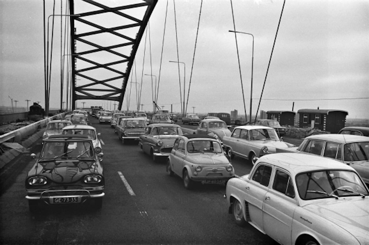 """7 februari 1965: """"De Brienenoordbrug bleek zondag een geliefkoosd object voor de toerrijders te zijn. Naar schatting hebben meer dan 100 000 automobilisten de nieuwe brug in beide richtingen gepasseerd. De files waren ongekend lang, doch alles functioneerde naar wens en deze eerste krachtproef werd een waar succes."""" (Foto: ANP)"""