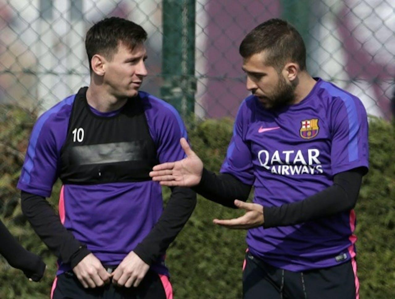 Jordi Alba (R) met Lionel Messi. EPA