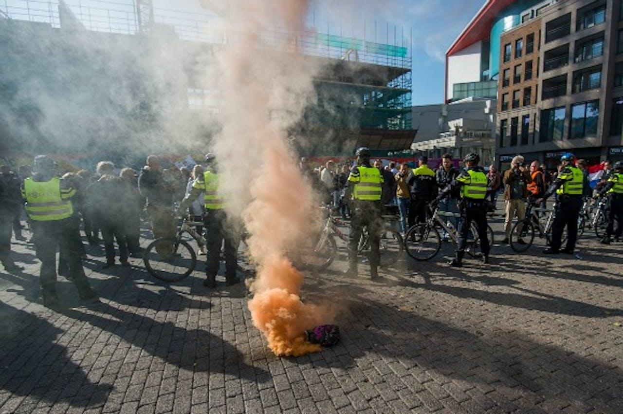 Vanuit de groep met tegendemonstranten worden rookbommen gegooid. (Foto: Bas van Setten, BNR)