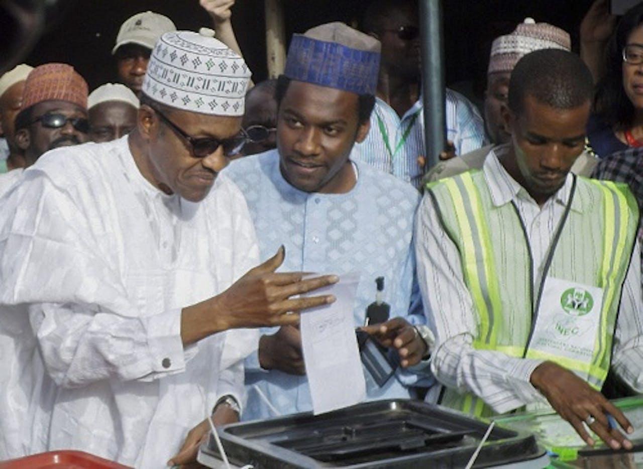 Mohammed Buhari (L) brengt zijn stem uit. EPA