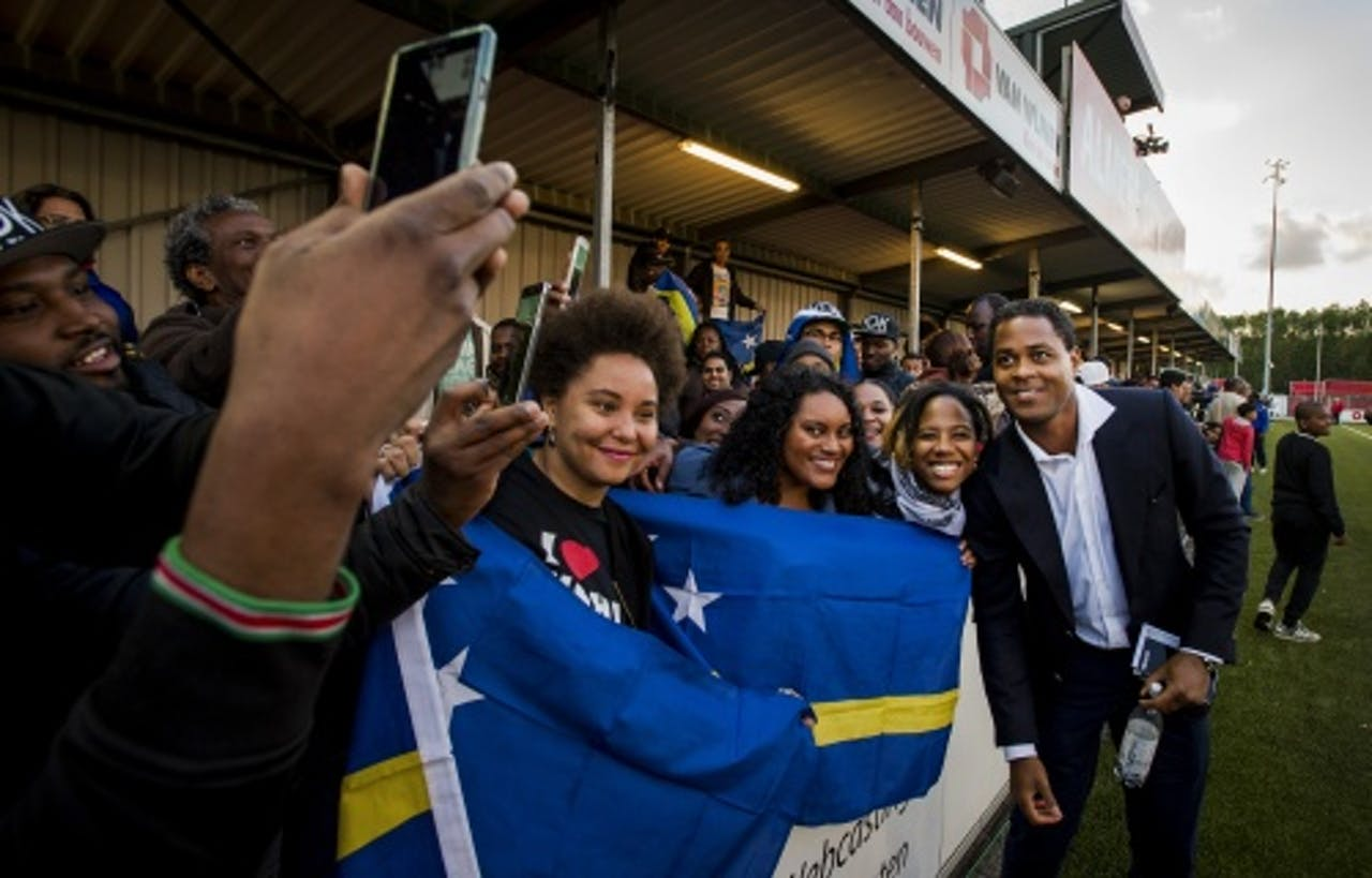 Bondscoach Patrick Kluivert van Curacao gaat met supporters op de foto na afloop van de officieuze interland tussen Suriname en Curacao op het complex van eerstedivisionist Almere City FC. (Archief ANP)