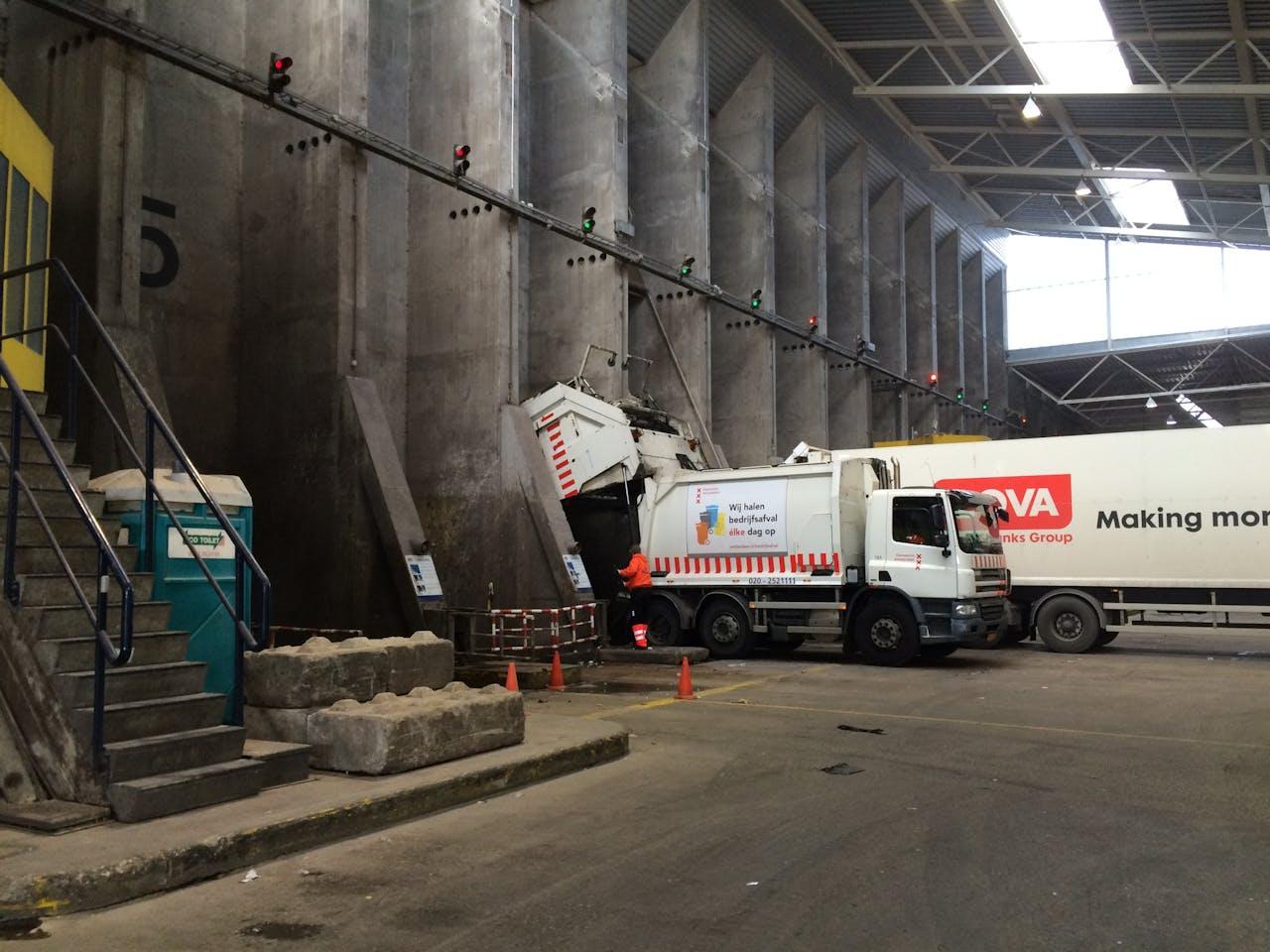Foto: Hugo Reitsma - Bij de Amsterdamse afvalenergiecentrale AEB wordt het afval verzameld in een speciale bunker.