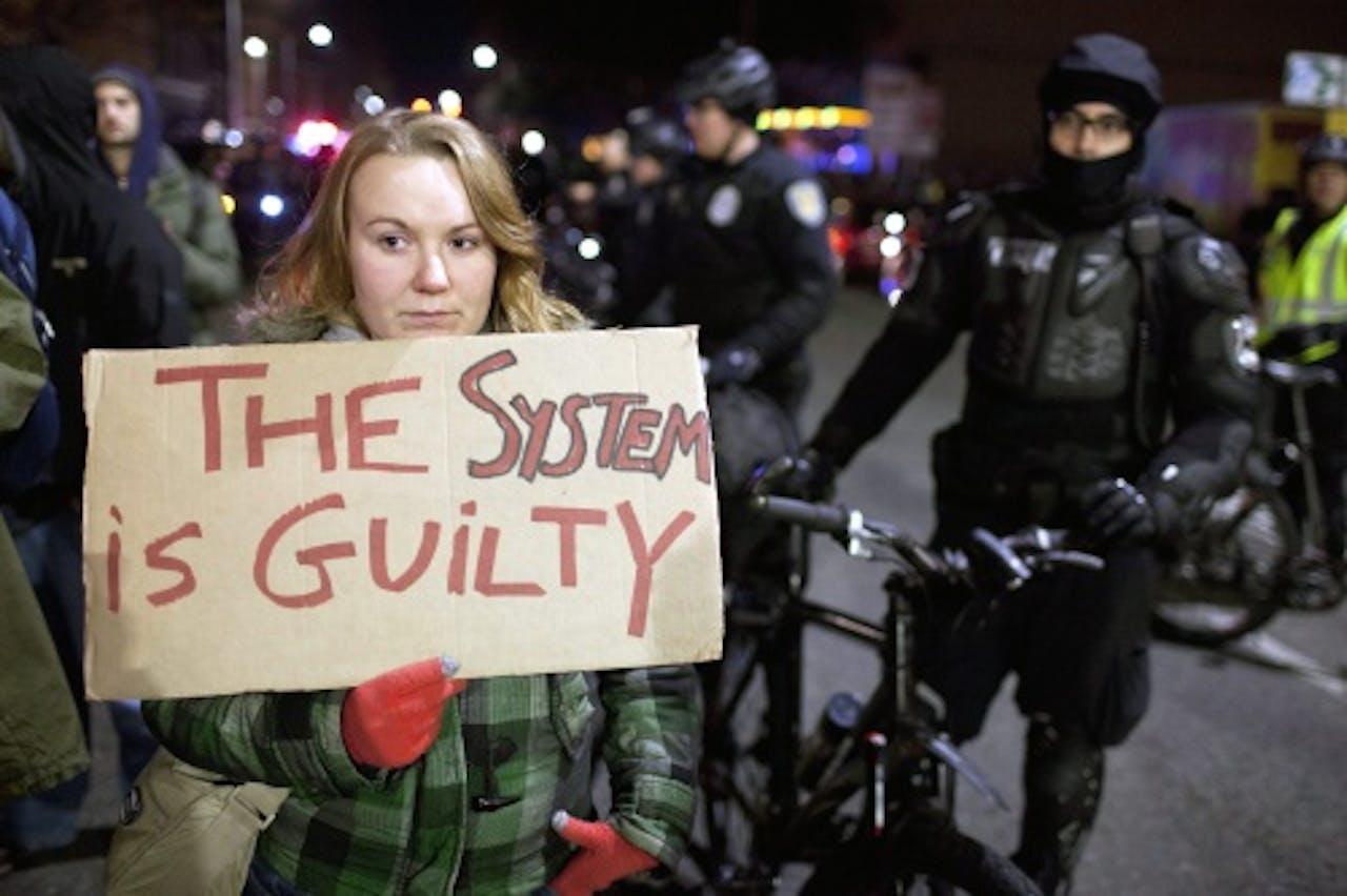 Een vrouw houdt een bord omhoog bij een eerder protest. EPA