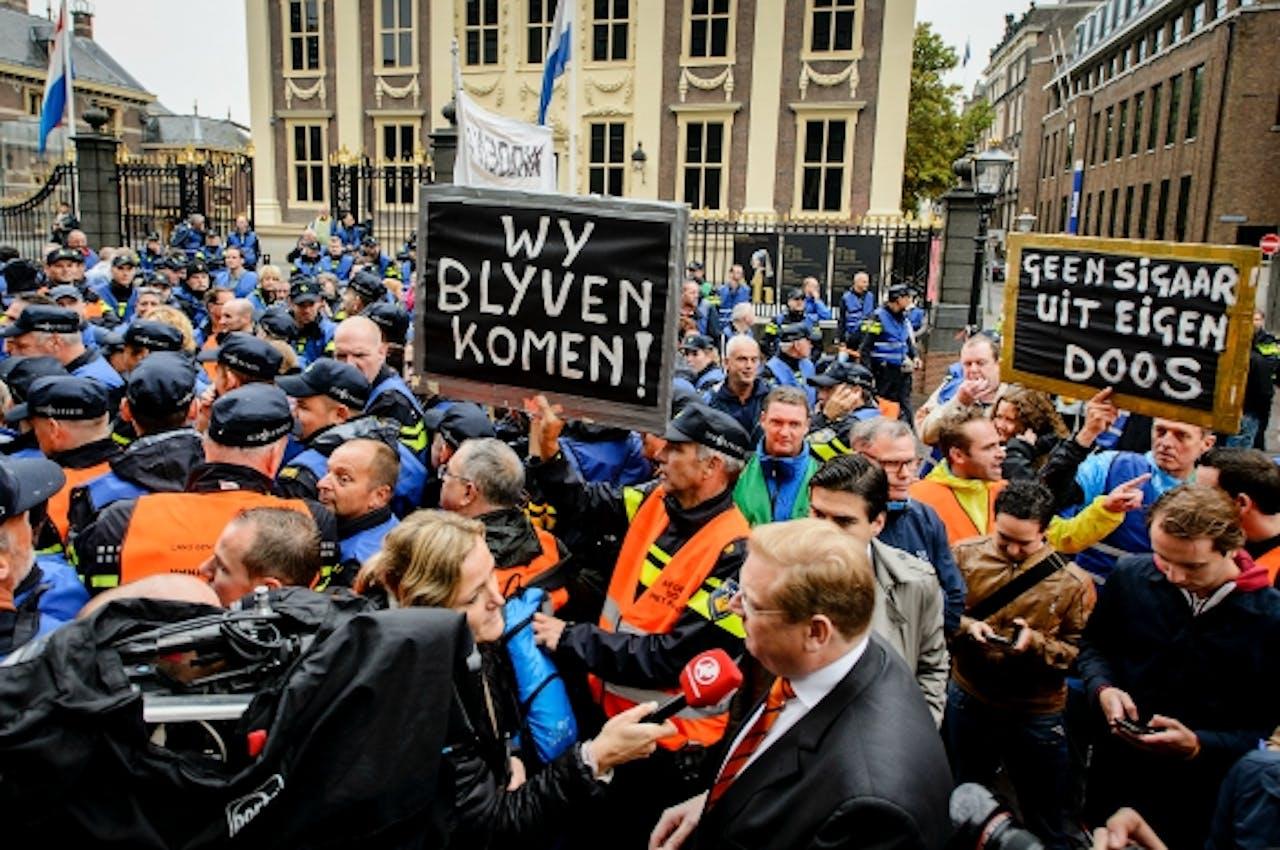 16 september 2015: Actievoerende agenten bij het Binnenhof. Foto: ANP