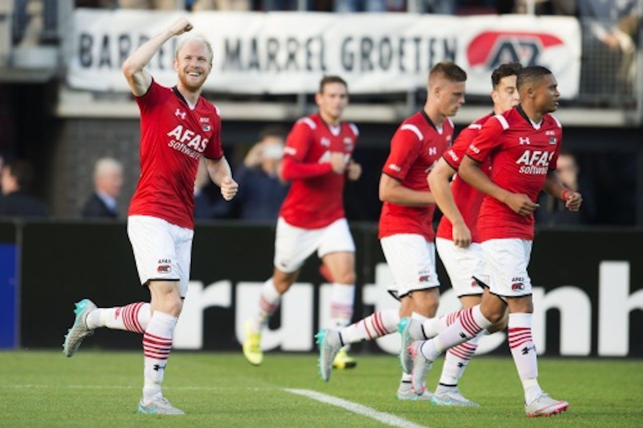 Jop van der Linden van AZ (L) heeft de 1-0 gescoord uit een penalty. ANP