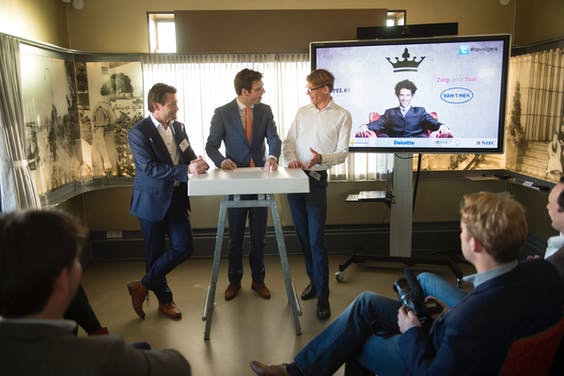 Koppel 1: Ruud van `t Hek en Jasper Touwen in gesprek met presentator Maarten Bouwhuis.