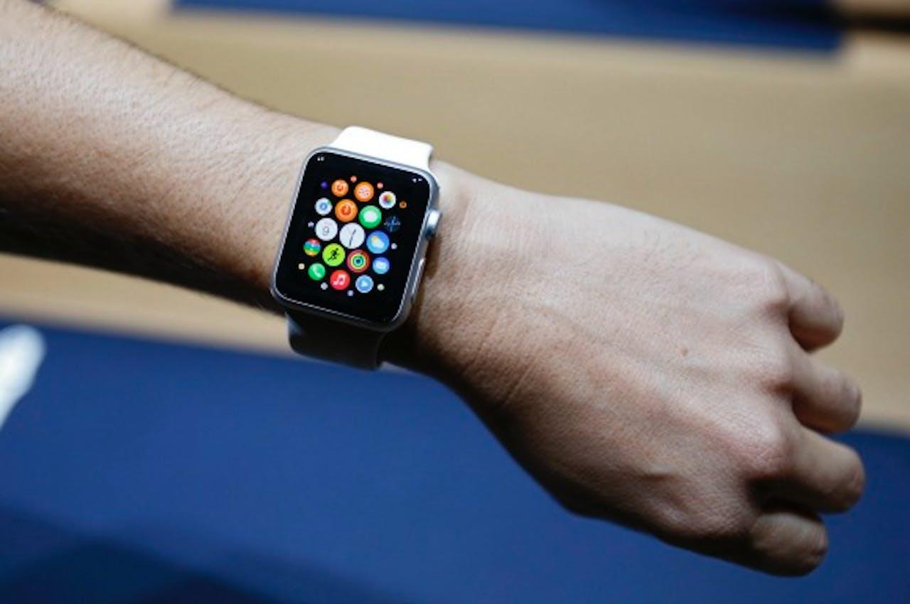 Volgens de politie is kijken op de Apple Watch niet verboden achter het stuur. Kijken op je Apple iPhone wel.