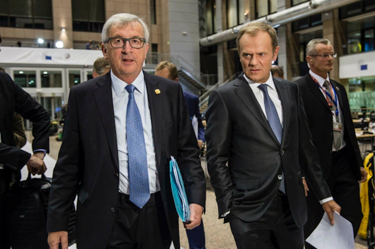 Foto: ANP/AFP - Juncker (L) en Tusk na afloop van de extra vergadering van de Euorgroep