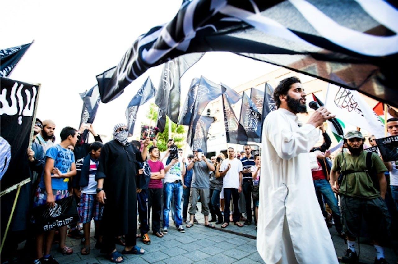 Azzedine C. tijdens een pro-IS demonstratie in Den Haag. Foto: ANP