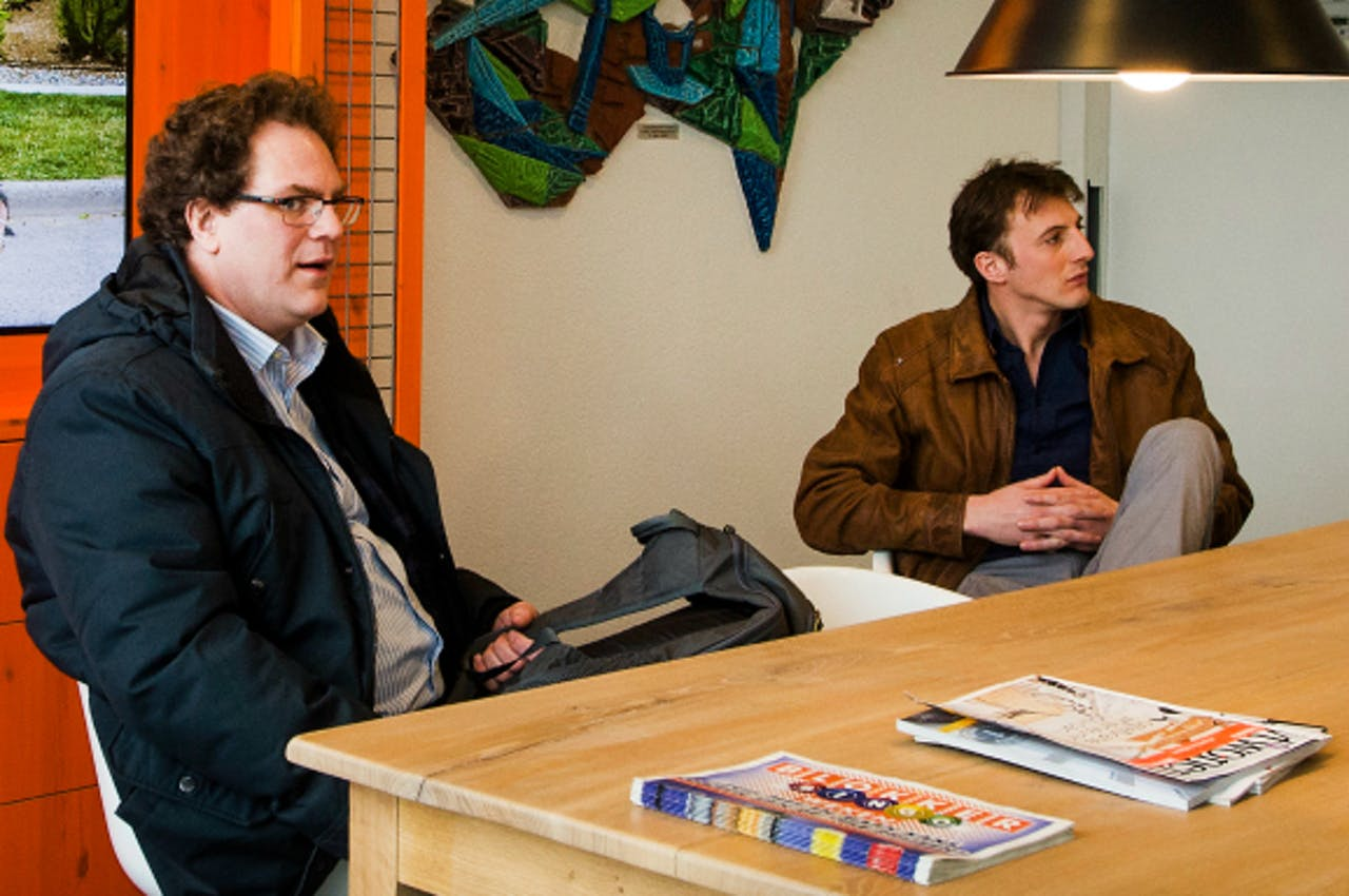 Agostino di Giacomo Russo (CNV, L.) en Twan van Lieshout (FNV, R.) bij Blokker. Foto: ANP