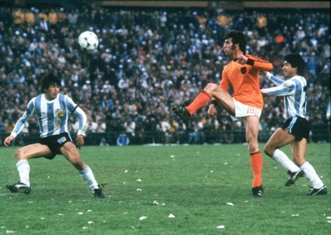 Nanninga (M) in actie tijdens Argentinie-Nederland, WK 1978. Archieffoto ANP