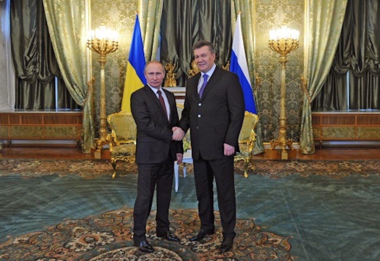 Viktor Janoekovitsj (r) met de Russische president Poetin. EPA