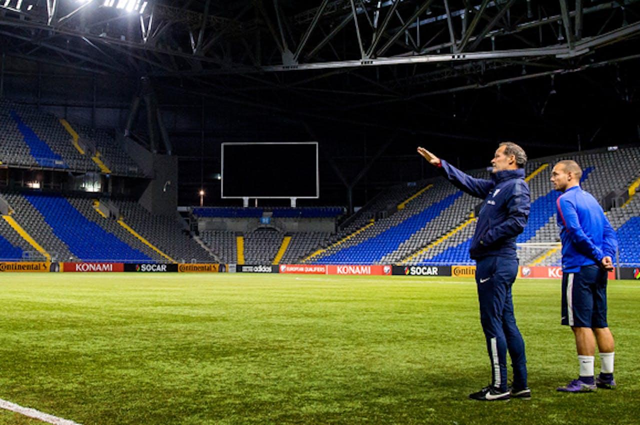 Danny Blind en Wesley Sneijder op het kunstgras van de Astana Arena.