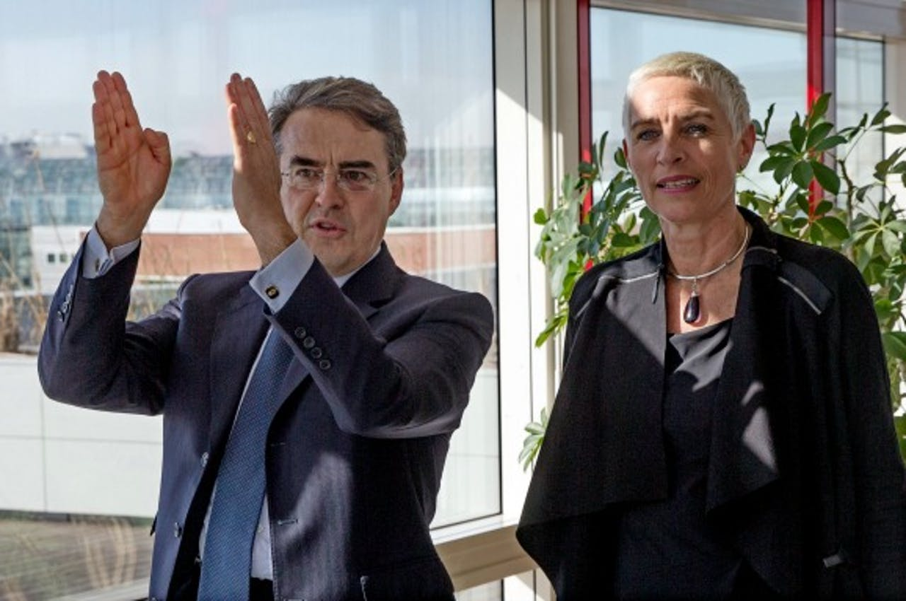 Foto: ANP - CEO Air France-KLM Alexandre de Juniac en staatssecretaris Mansveld