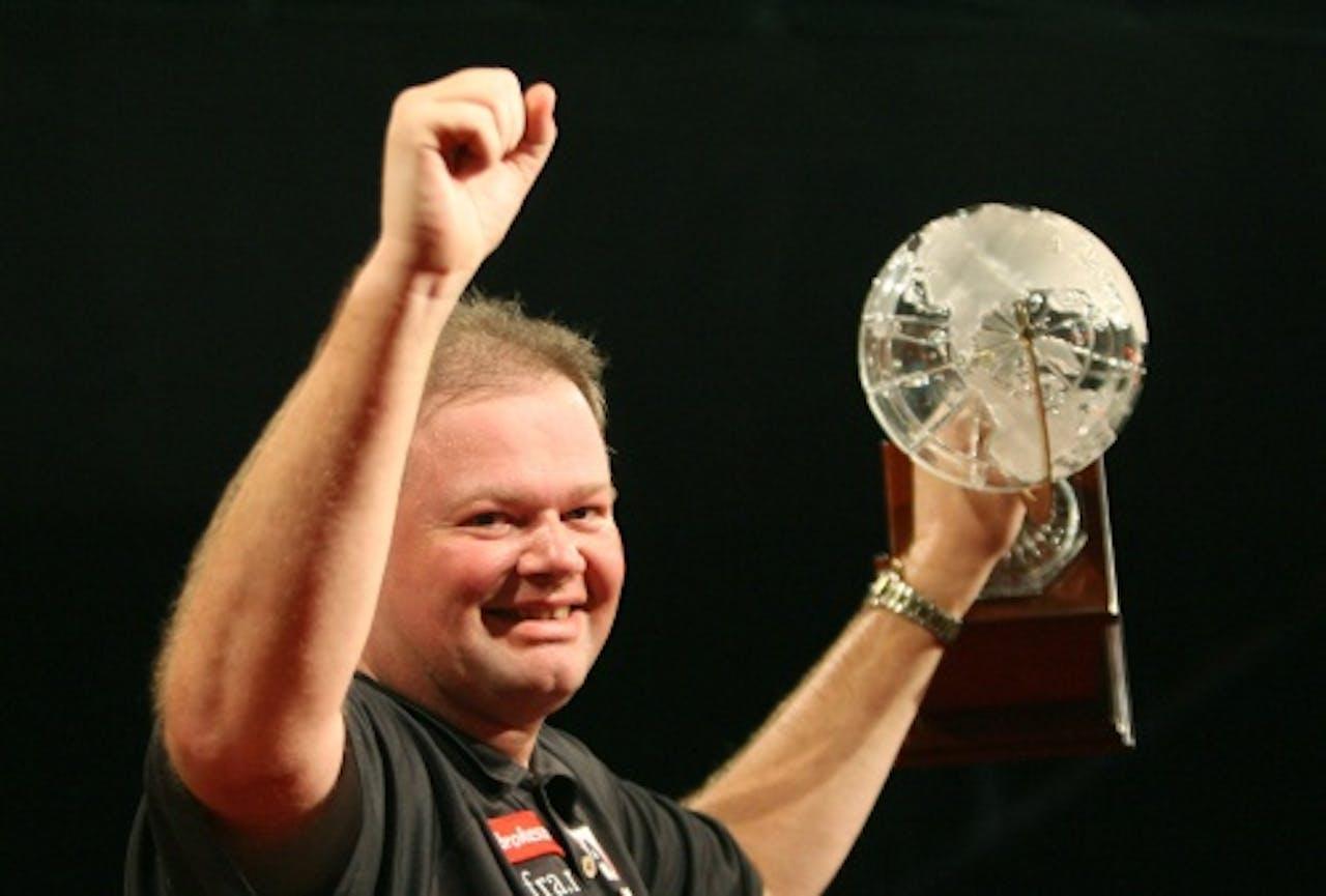 Raymond van Berneveld wint de Premier League Darts in 2007. ANP