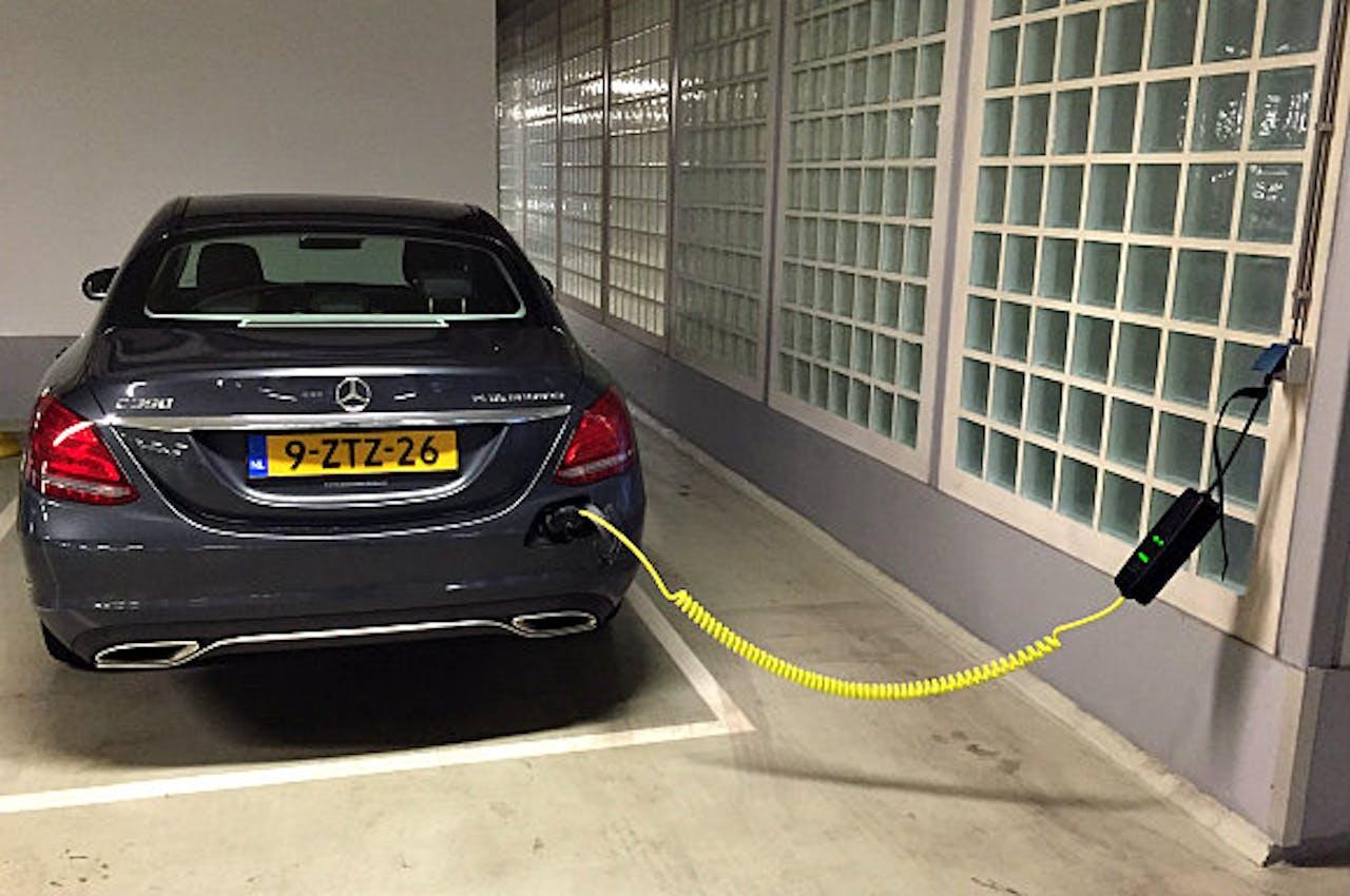 Mercedes C-Klasse plug-in Hybride laadt op in de BNR-garage