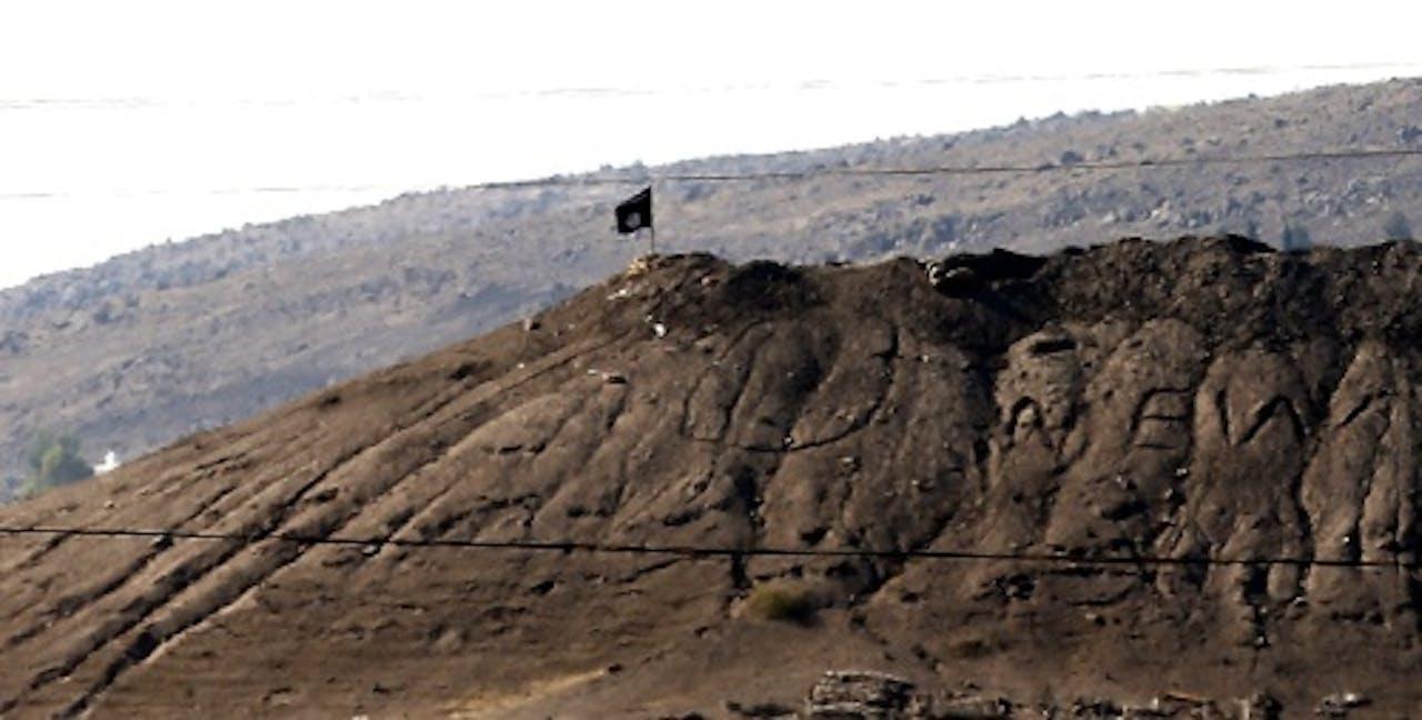 EPA Archiefbeeld De vlag van IS op een heuvel bij Kobani.