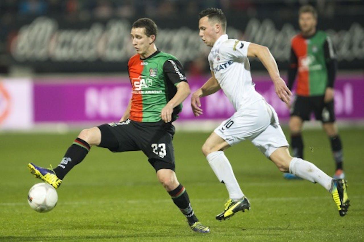 Samuel Stefanik (L) van NEC in duel met Thomas Bruns van Heracles. ANP PRO SHOTS
