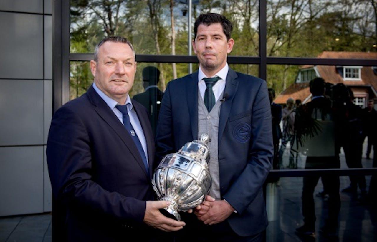 PEC Zwolle-trainer Ron Jans (L) en FC Groningen-trainer Erwin van de Looi met de KNVB beker na afloop van een persconferentie in aanloop naar de KNVB bekerfinale. ANP