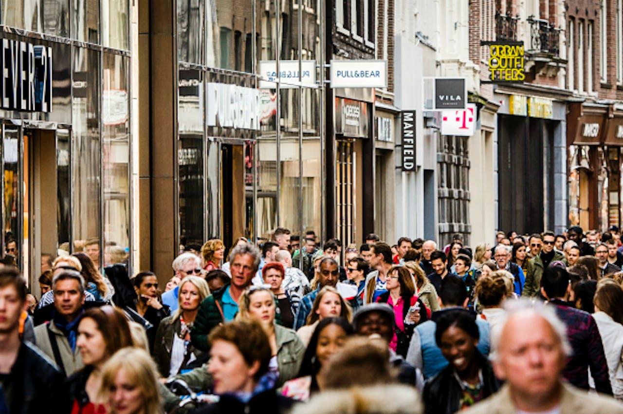 Foto: ANP - Winkelend publiek in de Kalverstraat in Amsterdam