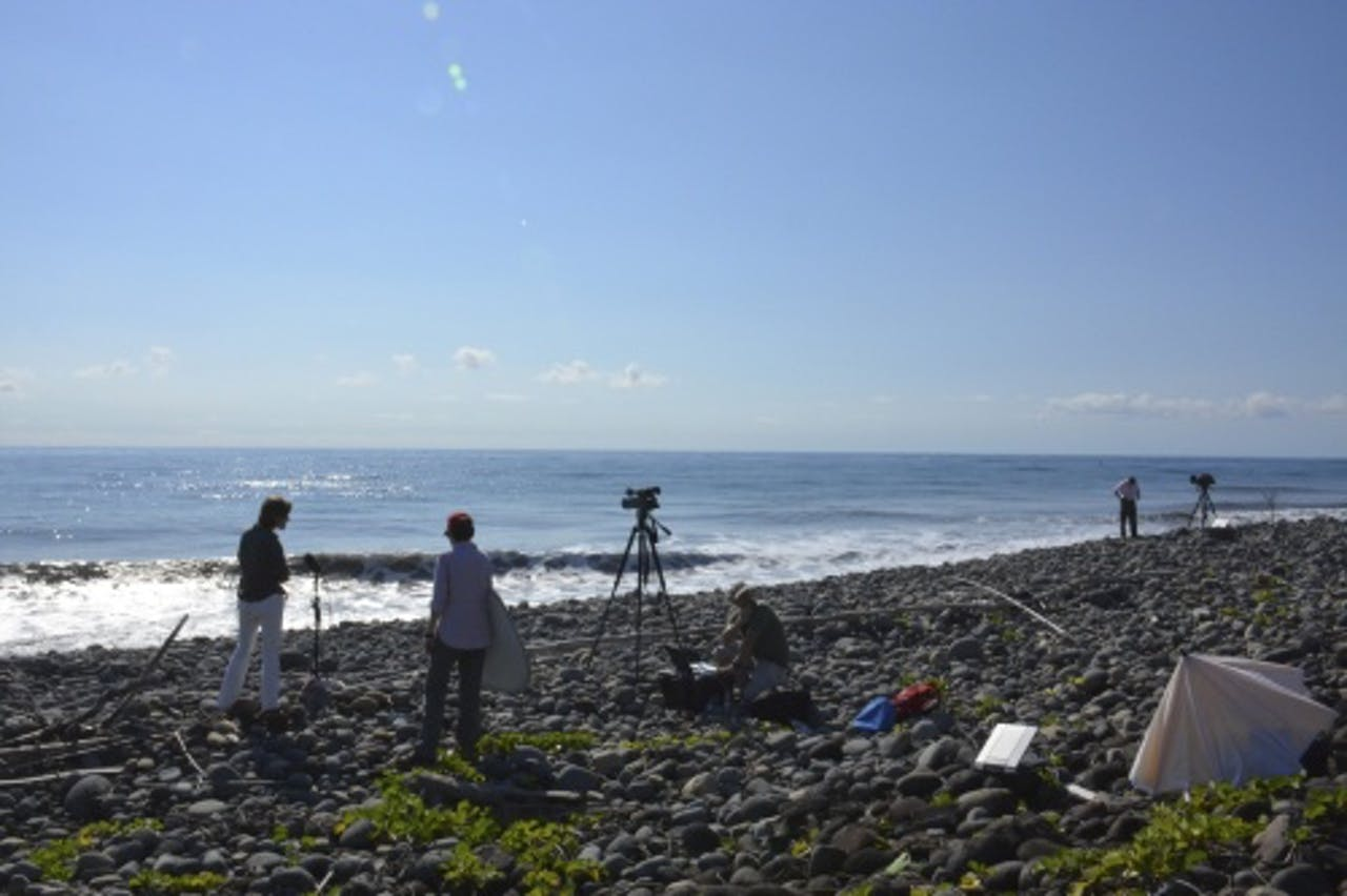 Cameraploegen op het strand van Reunion. EPA