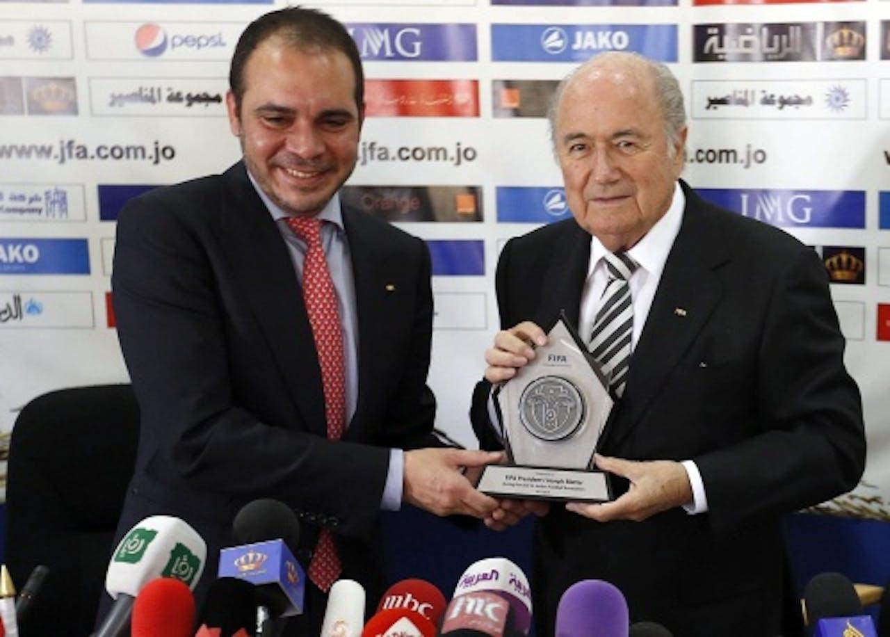 Ali bin Al-Hussein (L) en Sepp Blatter. EPA