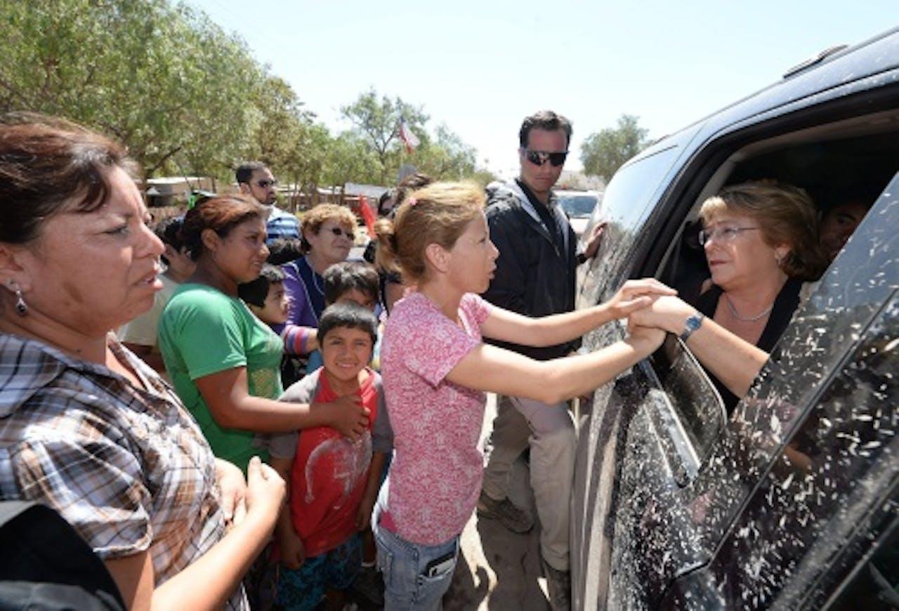 De Chileense president Michelle Bachelet praat met slachtoffers in het rampgebied (EPA)
