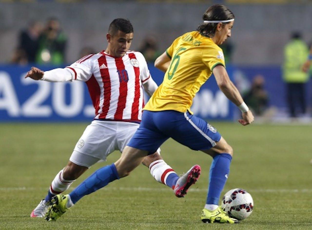 Derlis Gonzalez (links) in duel met Filipe Luis (EPA)