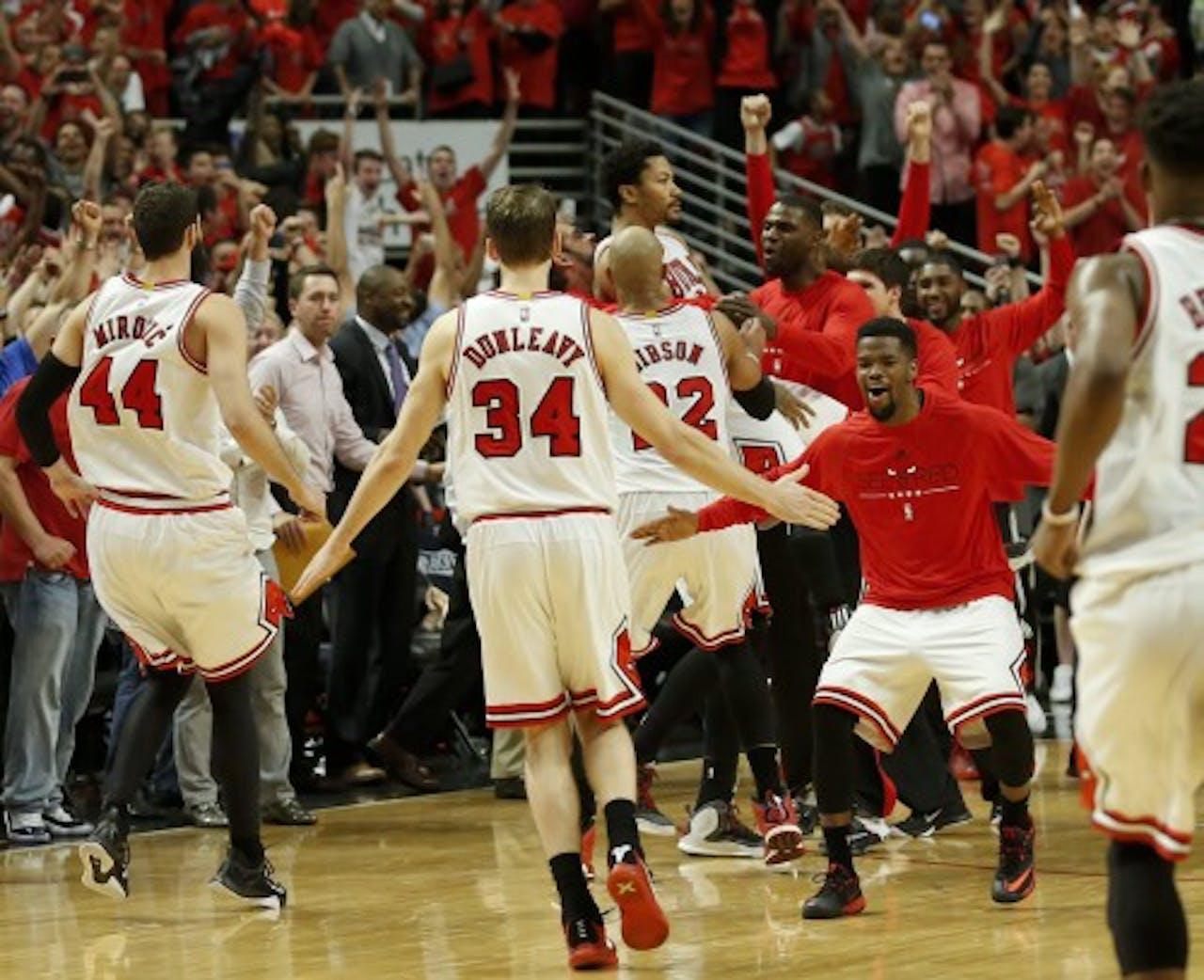 Spelers Chicago Bulls vieren een punt. EPA