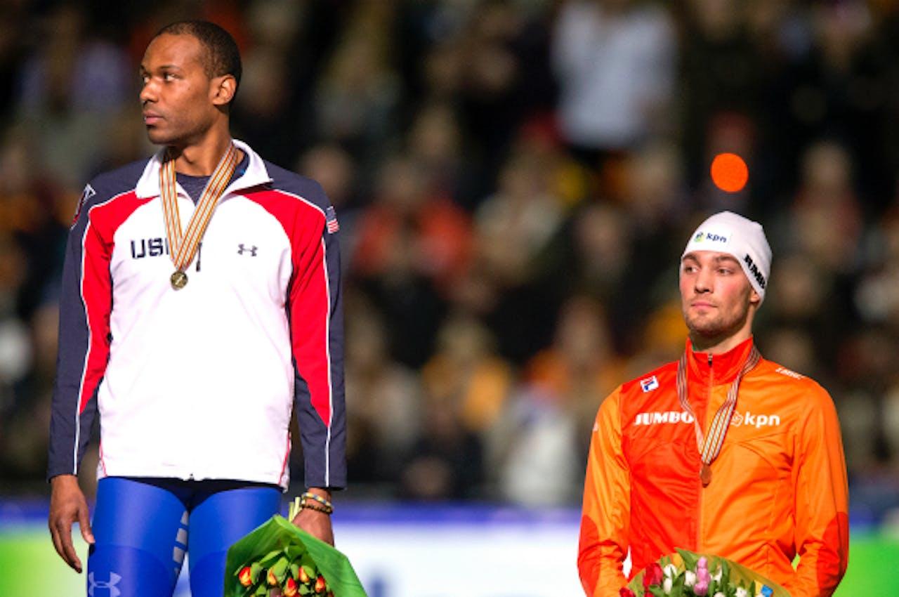 Foto: ANP - Shani Davis met Kjeld Nuis na het winnen van de 1000 meter bij het WK in Heerenveen