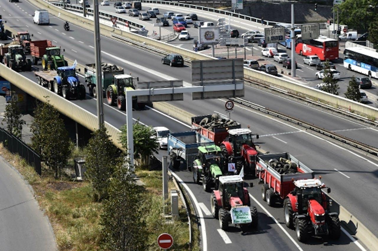 Tractoren trekken vanmiddag Lyon binnen voor vakbondsoverleg. Foto: ANP/AFP