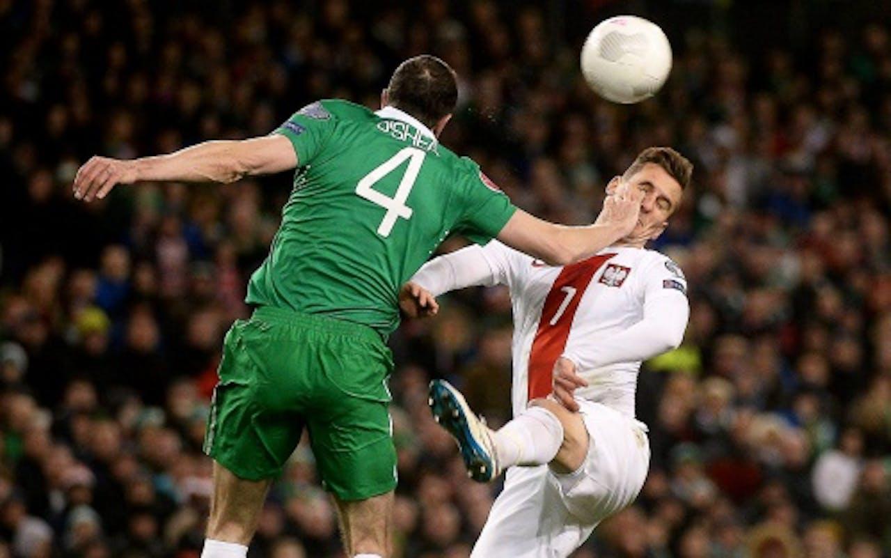Milik (R) tijdens de EK-kwalificatiewedstrijd tegen Ierland. EPA