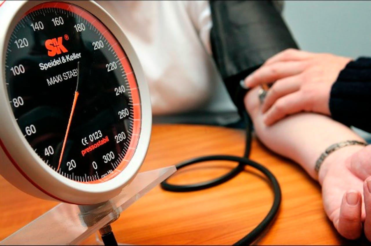 Het opnemen van de bloeddruk Foto: ANP XTRA