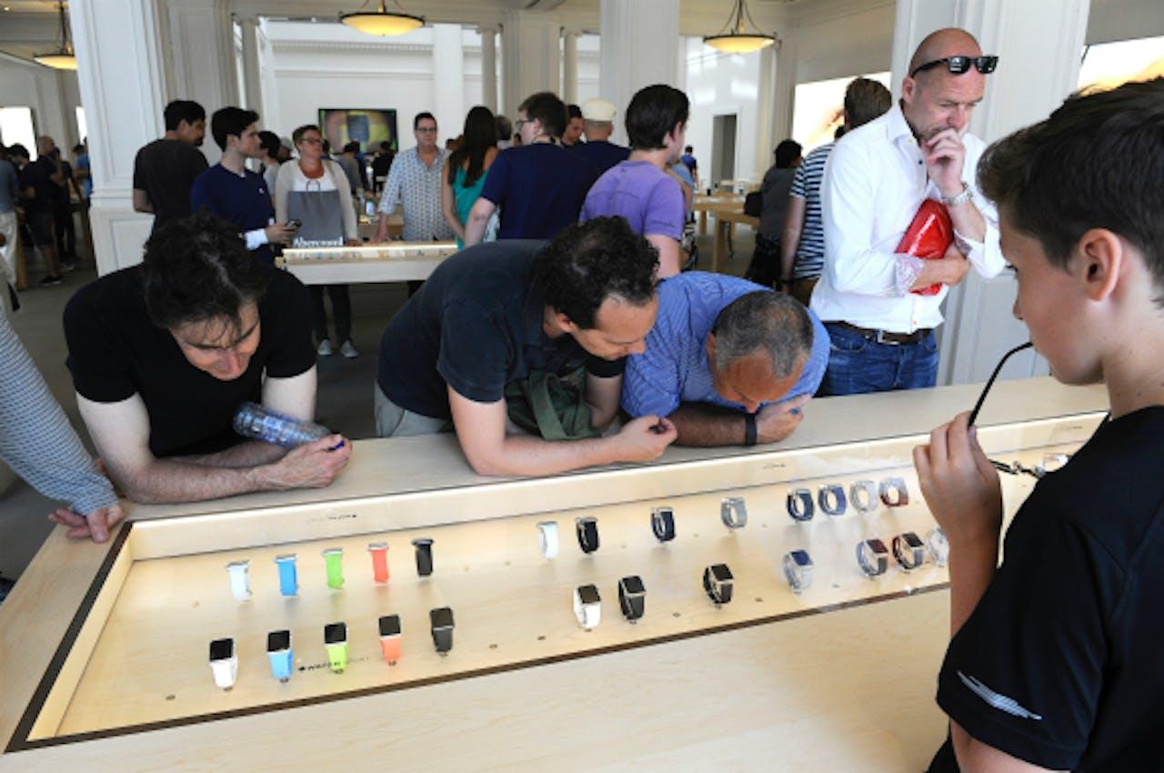 Foto: ANP - Gadgetliefhebbers bekijken de Apple Watch