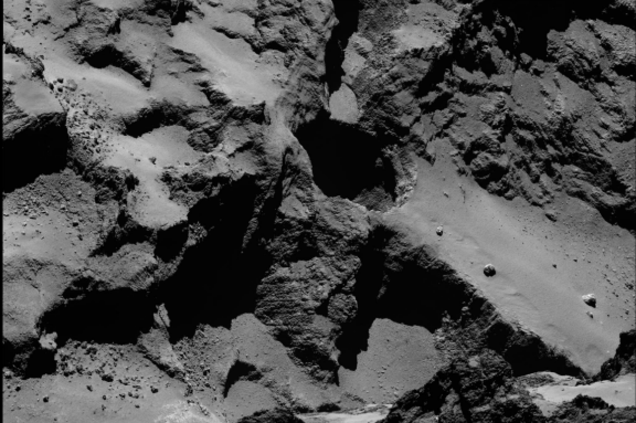 Een van de achttien sinkholes die op de komeet 67P gevonden zijn met de Rosetta. Het gat heeft een doorsnede van 220 meter en is 185 meter diep - ter vergelijking: de Dom in Utrecht is 112 meter hoog. (Foto: ESA/Rosetta/MPS for OSIRIS Team MPS/UPD/LAM/IAA/SSO/INTA/UPM/DASP/IDA)