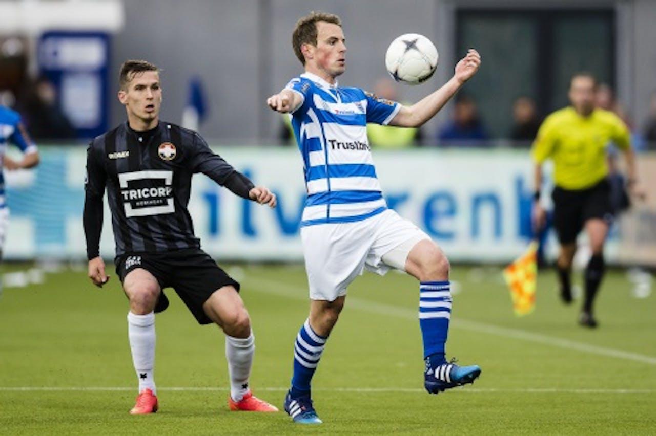 Wout Brama (L) van PEC Zwolle in duel met Stijn Wuytens van Willem II. ANP PRO SHOTS