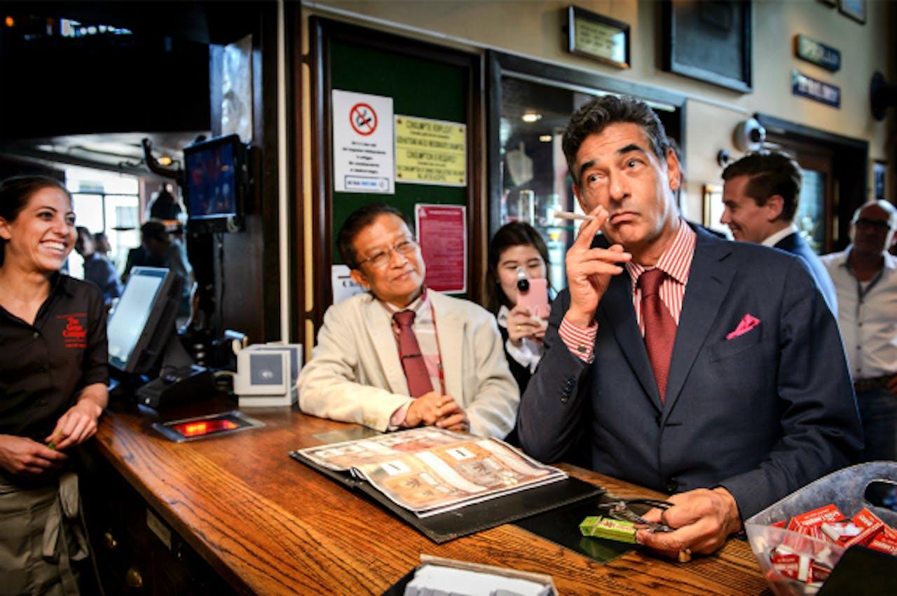 Spong laat in coffeeshop The Grass Company aan een delegatie van Thaise advocaten zien hoe het Nederlandse gedoogbeleid voor softdrugs werkt. Foto: ANP