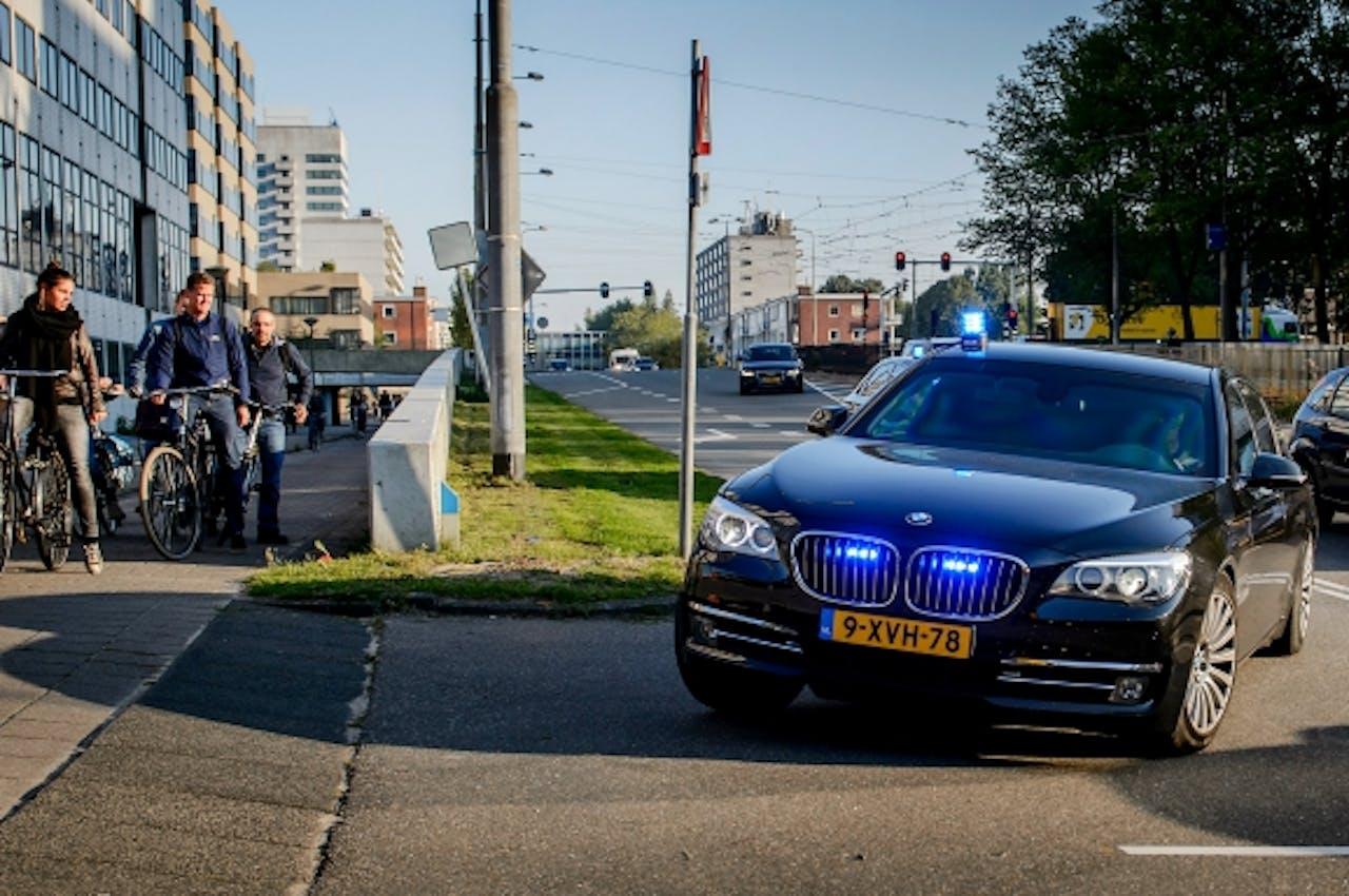 Willem Holleeder wordt bij de Amsterdamse rechtbank afgeleverd. Foto: ANP