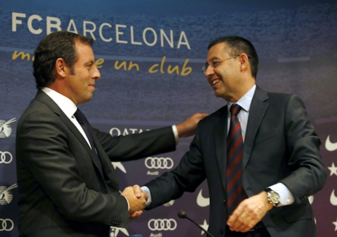 Josep Bartomeu en zijn voorganger Sandro Rosell (L). EPA