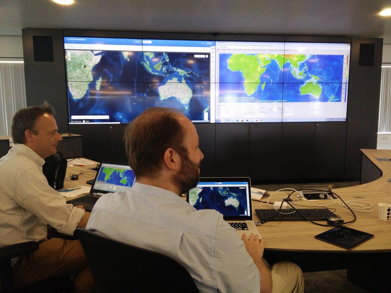 Foto: Bram Mullink - met: Maarten van Ormondt (stromingsdeskundige) en Fedor Baart (expert computersimulaties)