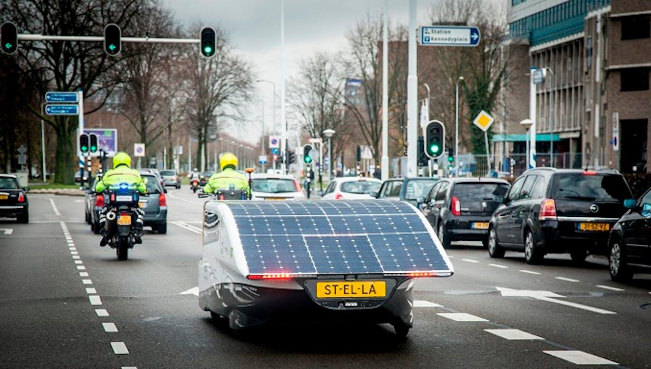 Stella op de openbare weg. Foto van Solar Team Eindhoven