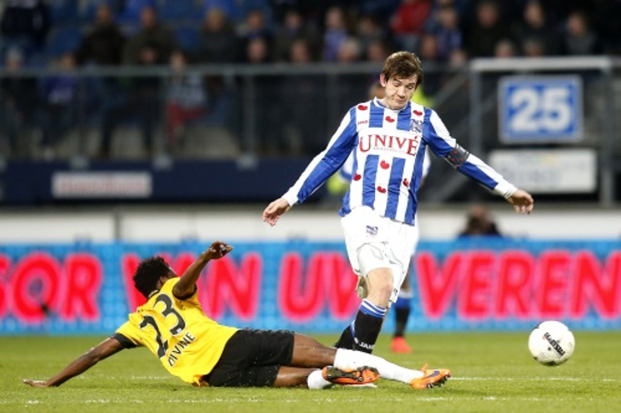 Marten de Roon (R) van sc Heerenveen in duel met Divine Naah (L) van NAC Breda. ANP PRO SHOTS