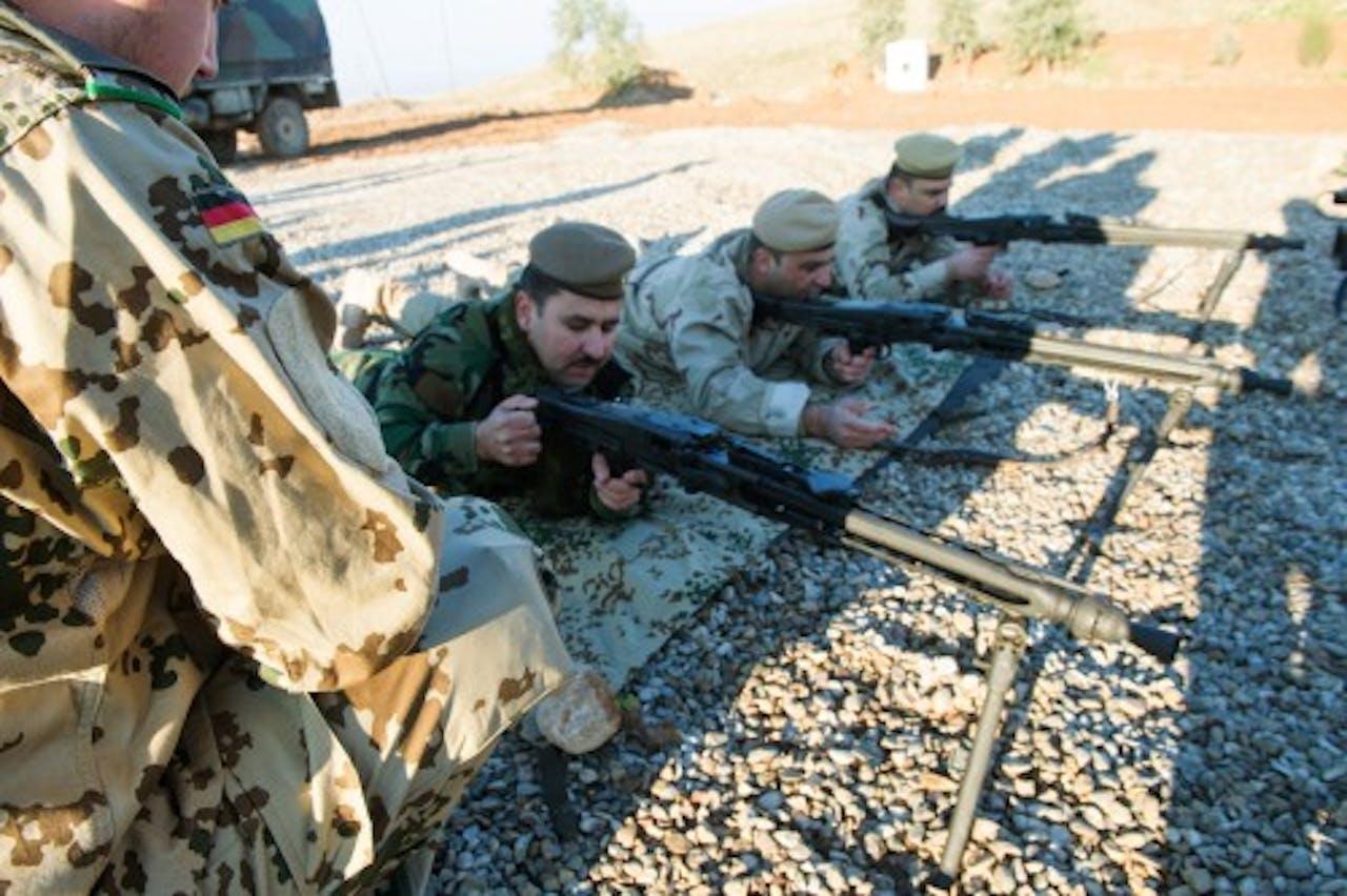 EPA Peshmerga-strijders trainen met Duitse wapens.