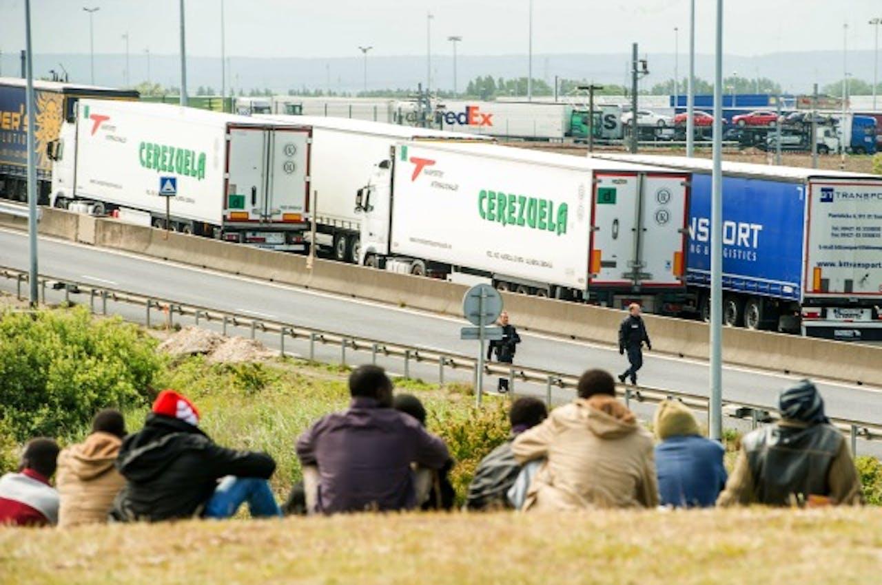 Stakende arbeiders brengen chauffeurs in het nauw bij Calais
